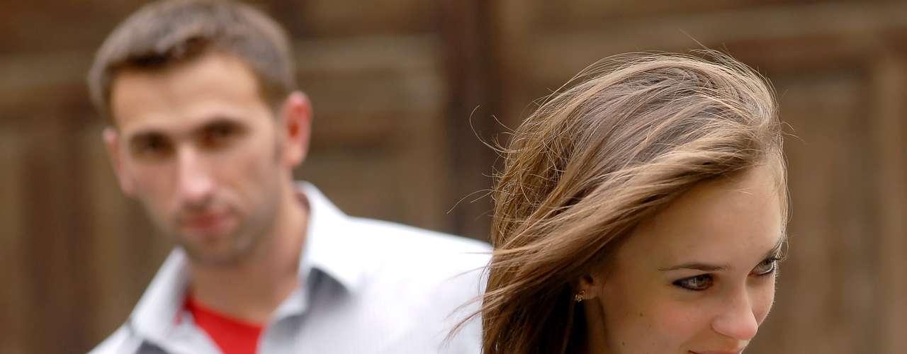Ela chama a atenção com as mãos: é preciso cuidado nesse quesito. Quando a mulher está nervosa, costumar arrumar o cabelo que não precisa ser arrumado ou ajustar parte da roupa que não precisa de ajuste. Mas, quando está interessada, costuma mover as mãos lentamente até as coxas, passar a mão pelo pescoço ou tocar os lábios com os dedos. Nesses momentos, não lhe olhará diretamente, o que faz parte do jogo