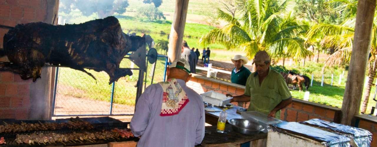 A preparação de um rancho para vaqueiros em cavalgada em Aralândia, São Paulo, flagrada pelo leitor Carlos Roberto Macedonio