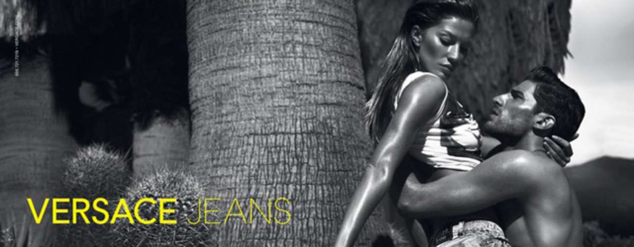 Em uma campanha em tons de cinza, Gisele Bündchen estrelou os anúncios de jeans da Versace em poses sensuais em uma praia com o modelo Ryan Barrett