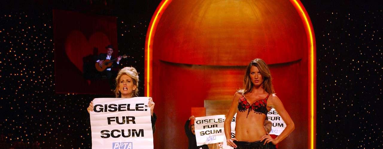 Protestantes do PETA invadiram a passarela enquanto Gisele desfilava para a Victoria's Secret
