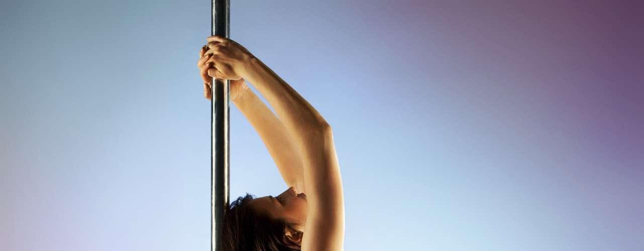 Sugira aulas de pole dance: enquanto você pensa em sexo a cada dez segundos, ela se preocupa com o peso, a maquiagem, cabelos, unhas e bronzeado. Ou seja, ela se preocupa muito mais com a aparência que você. Por isso, nada que melhor que incentivá-la a fazer aulas de pole dance. Ela vai se sentir sexy, queimar calorias e ainda aprender a fazer uma dança sensual. Claro, de início, ela vai recusar, mas faça uma breve pesquisa na internet e mostre todos os benefícios do exercício para ela