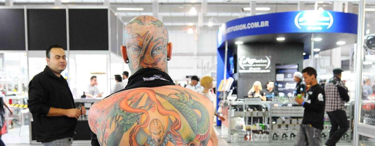 É comum ver pessoas totalmente tatuadas andando pelos corredores do evento