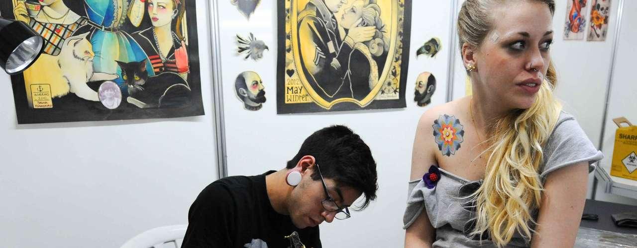 Os frequentadores podem fazer tatuagens e piercings na hora