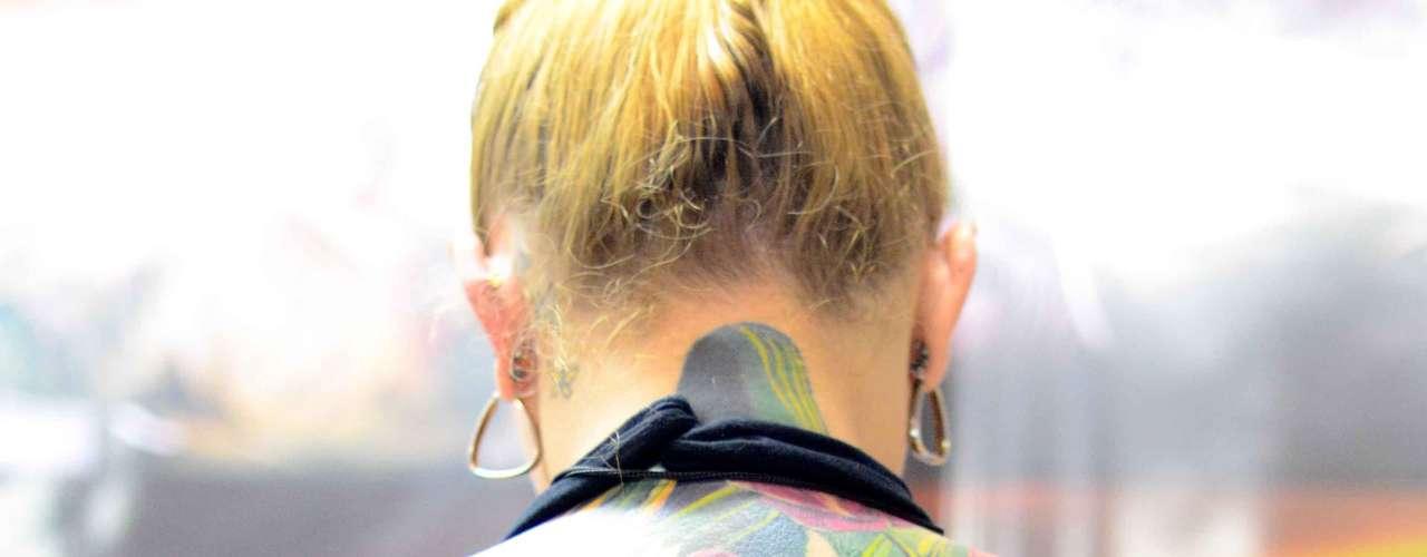 A borboleta e as flores coloridas desta tatuadora chamaram a atenção