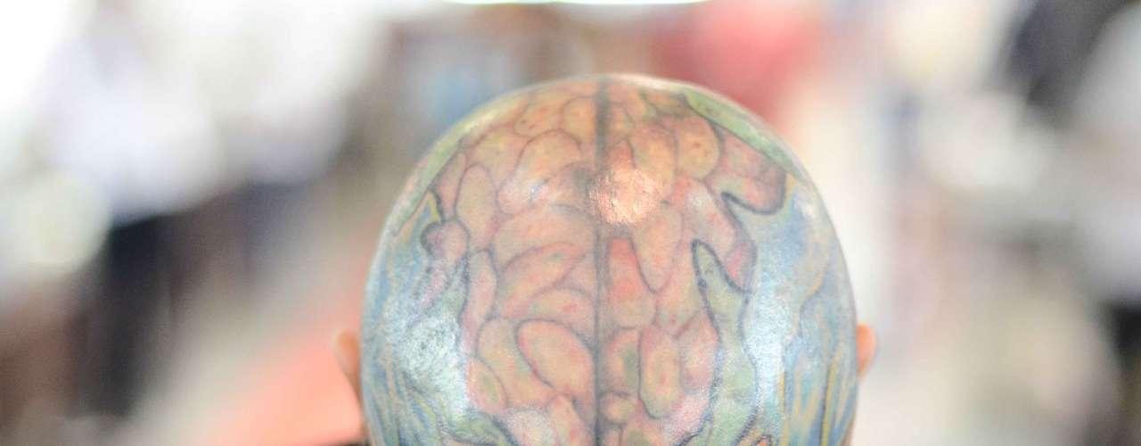 Além dos piercings, este visitante tem a cabeça completamente tatuada
