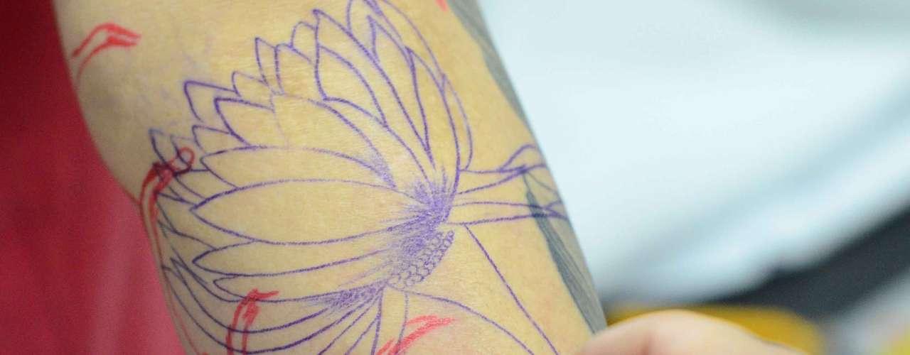 Esta visitante tatuou uma flor no braço