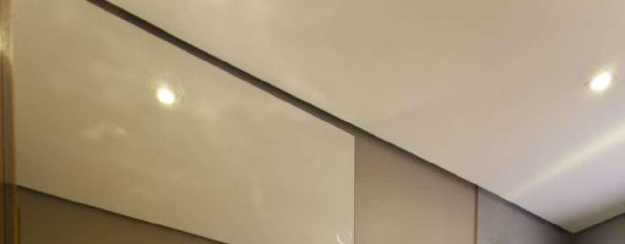 O apoio de madeira, abaixo da pia, combina com o tipo de material utilizado nessa composição