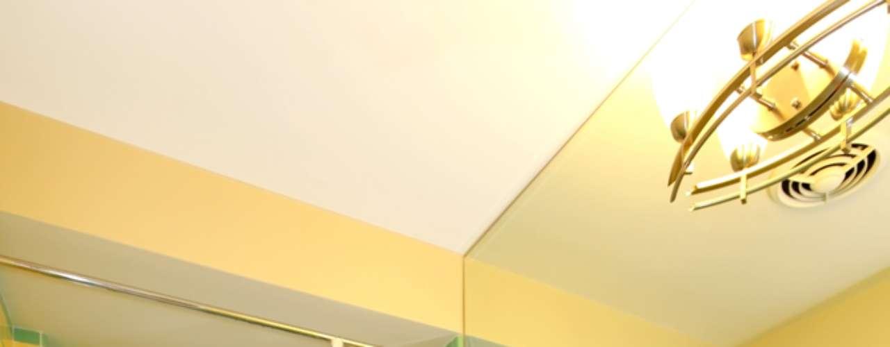 As cores das peças de porcelana, incluindo a pia, trazem uma cara vintage ao projeto desse banheiro