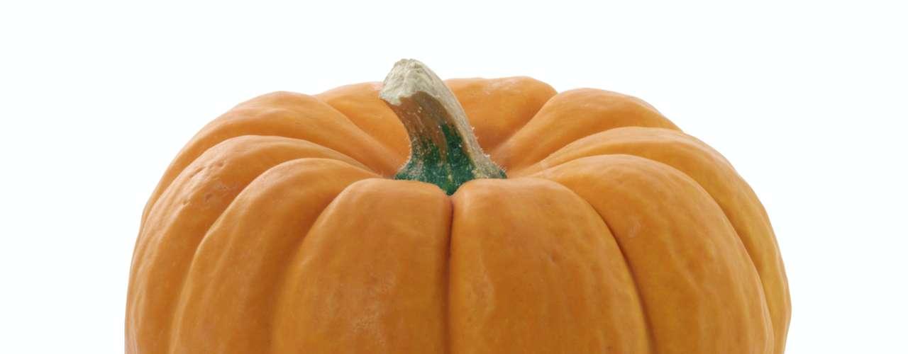 Abóbora: a tonalidade laranja da abóbora vem do carotenóide, substância que combate rugas, ajuda a neutralizar os radicais livres na pele e retarda o envelhecimento. \
