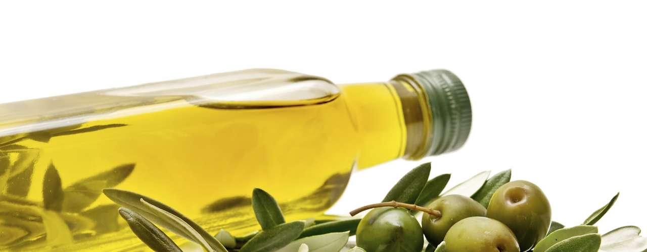 Azeite de oliva: as propriedades antioxidantes e anti-inflamatórias do azeite causam melhorias no organismo e na pele também, principalmente para quem tem pele seca. \