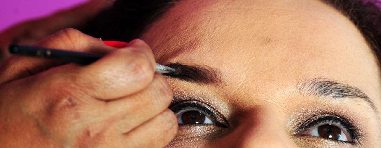 11- Defina a sobrancelha. Use uma sombra opaca marrom e passe com pincel pequeno chanfrado
