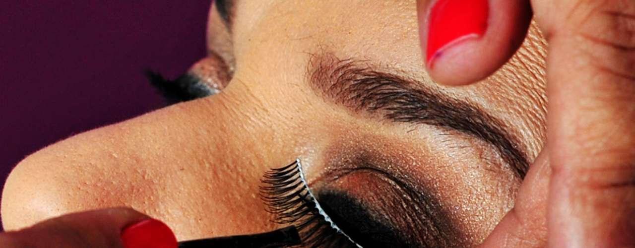 13 - Coloque os cílios postiços. Escolha um que tenha a maior quantidade de fios naturais para o olhar não ficar tão pesado.