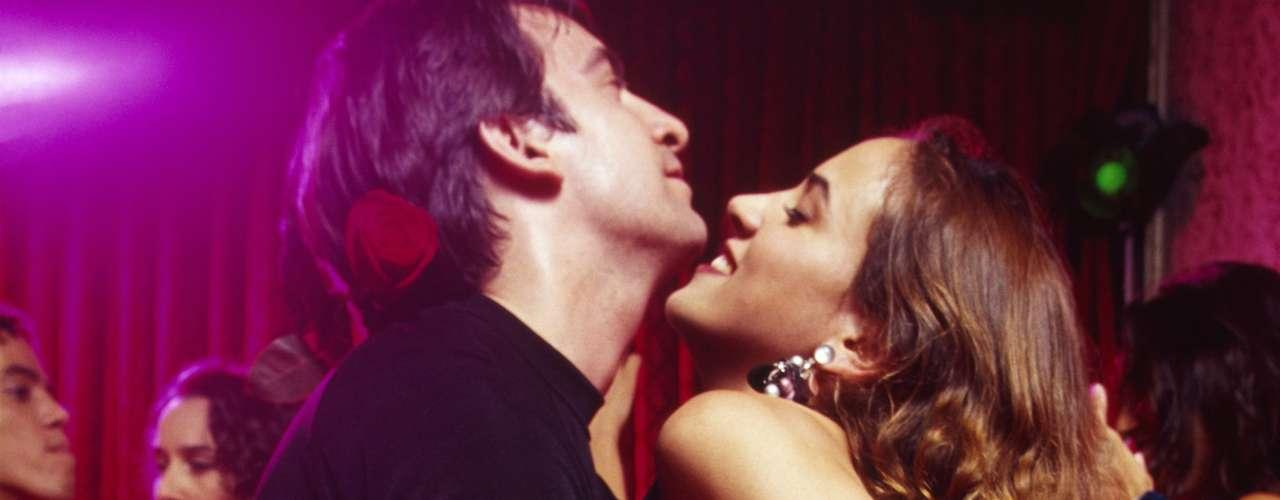 Dança - Segundo o psicólogo Silva, a mulher pode indicar interesse ao tornar sua dança mais sensual, rebolando. Fique de olho! Conquistando ou não seu objetivo, já é um belo espetáculo