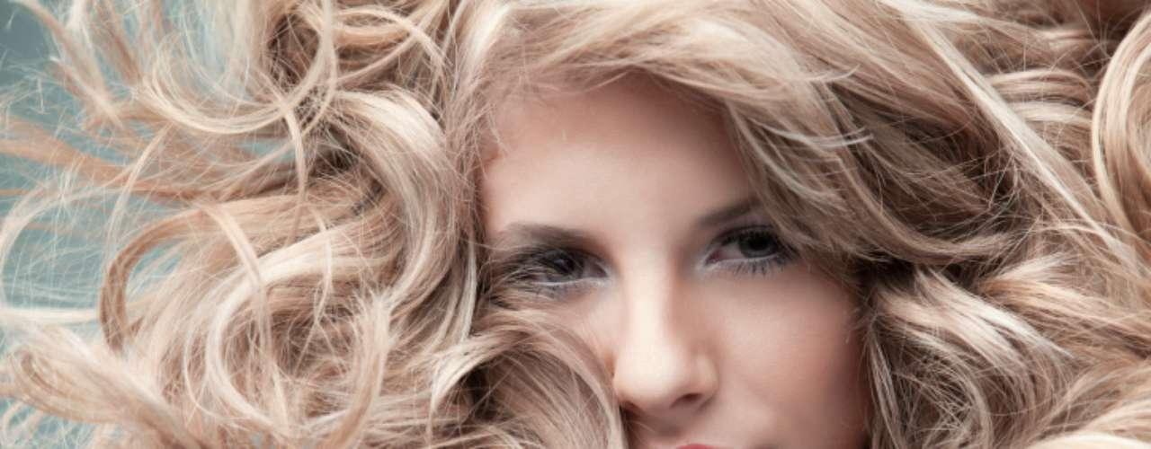 Se você tem 15 minutos: bata o cabelo com uma boa dose de shampoo seco para reativar sua raíz, e então use um baby liss para dar vida aos fios. Use um blush em creme na maçãs do rosto, e aplique também um pouco nos lábios para trazer cor. Passe duas camadas de rímel e pronto: você já pode partir