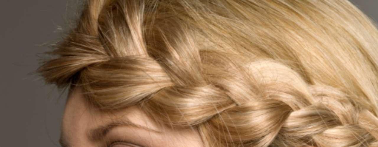Se você tem 10 minutos: divida o cabelo em duas tranças e envolva-as ao redor da cabeça. Elas vão ajudar a esconder a oleosidade dos fios. Em seguida, aplique um lápis branco na parte inferior do olho, pois este truque deixará os olhos mais abertos. Finalize a make com uma linha fina de lápis marrom ou preto nas pálpebras e com algumas camadas de máscara nos cílios