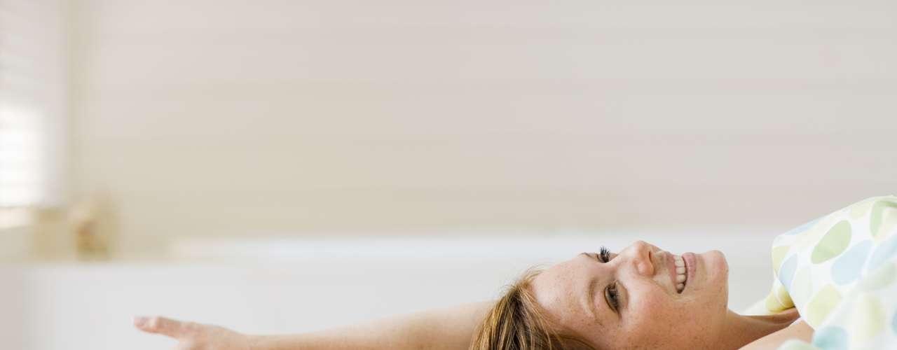 Aprenda a relaxar: esse é o ponto mais importante para você atingir o orgasmo. É comum que as mulheres fiquem ansiosas e tensas quando sentem que não estão chegando lá. Mas isso torna tudo mais difícil. Aprender a relaxar e parar de se preocupar é vital para chegar ao clímax. Por isso, aproveite para tomar um banho longo e relaxante antes do sexo e escolha um lugar confortável e seguro para ficar com o seu parceiro. Outra dica que funciona é dizer para que ele deixe de ter orgasmo só por uma noite - pedidos como esse ajudam a ter mais vontade da relação