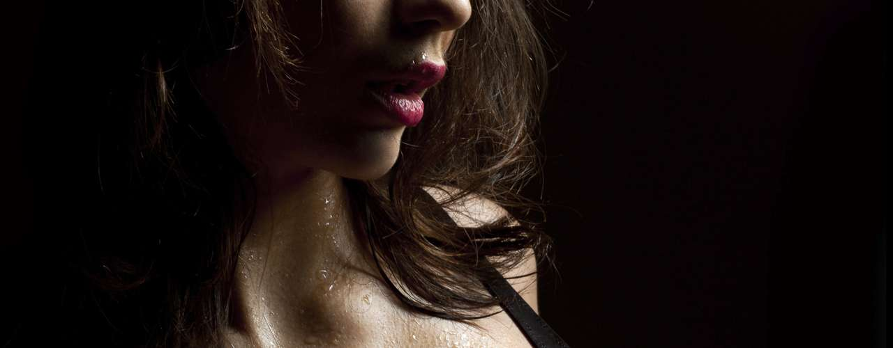 Desligue as luzes e ligue uma música: se você é insegura com o seu corpo, optar por uma relação no escuro é uma boa pedida. Como seu parceiro não pode ver seu corpo e nem o que está fazendo, isso vai deixá-la menos pressionada durante o sexo. Ouvir música também é ótimo na hora H. Além de abafar os sons que vocês estão fazendo, é uma forma de deixar o clima mais gostoso