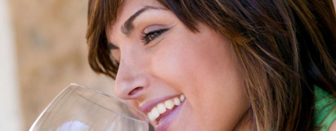 O consumo moderado de vinho pode reduzir os riscos de desenvolvimento de doenças cardiovasculares, artrite, câncer de mama. Também ajuda a controlar o peso, prevenir efeitos negativos do sedentarismo e proteger mulheres da osteoporose. Esses são apenas alguns dos muitos benefícios atribuídos à bebida por meio de pesquisas