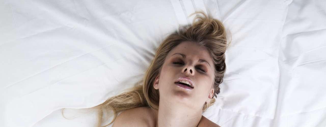 Um orgasmo pode gerar uma descarga elétrica de até 244mV (milivolts) - Durante o orgasmo as paredes da vagina liberam energia e sofrem contrações musculares involuntárias, seguidas de uma sensação de relaxamento. Segundo Jairo Bouer e Marcelo Duarte, autores do Guia dos Curiosos  Sexo, a descarga elétrica produzida por cinco mulheres tendo orgasmo seria suficiente para acender uma lâmpada