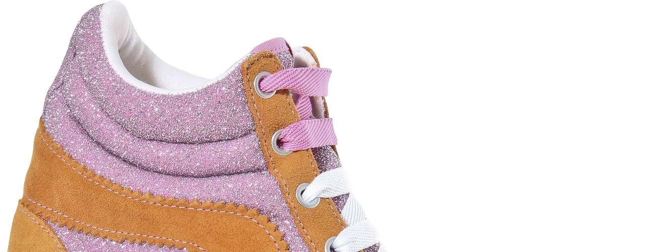 A recém-chegada marca de calçados, Capricho, criou nove modelos de tênis, que vão desde os mais básicos, de couro todo preto ou off-white, até os mais extravagantes e chamativos, como os de brilho e cores vibrantes. O da foto é rosa e laranja com cadarço e custa R$ 219,90. SAC: (54) 3285-2600