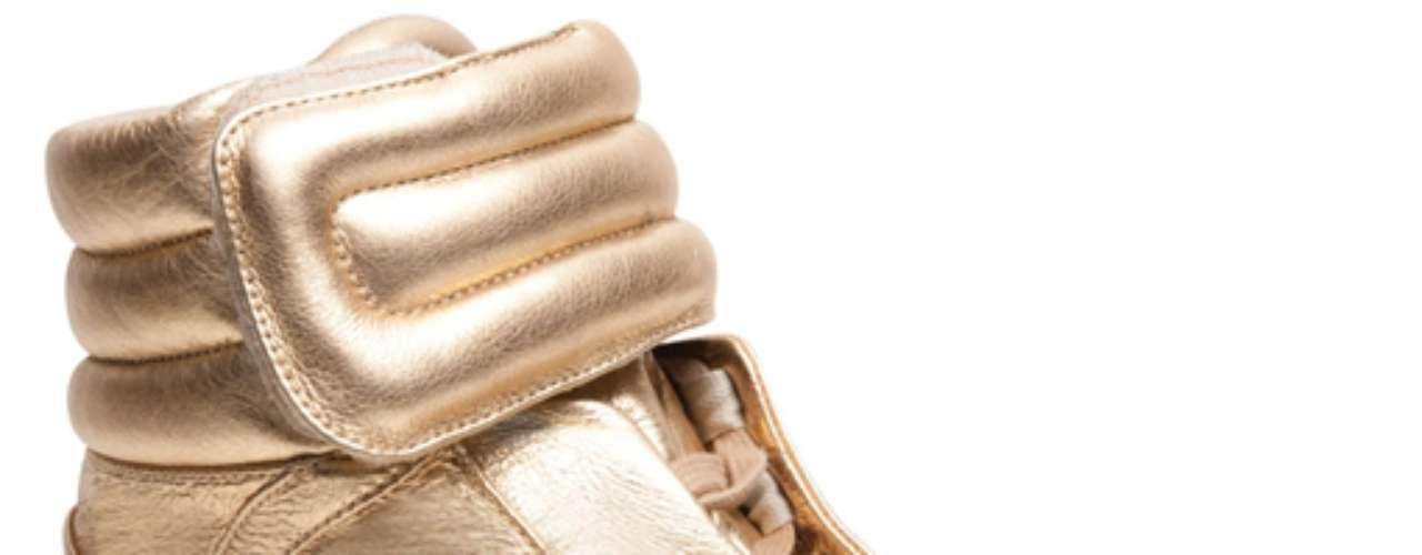 Sneaker Santa Lolla dourado sai por R$ 239,90. SAC: (11) 3045-8504