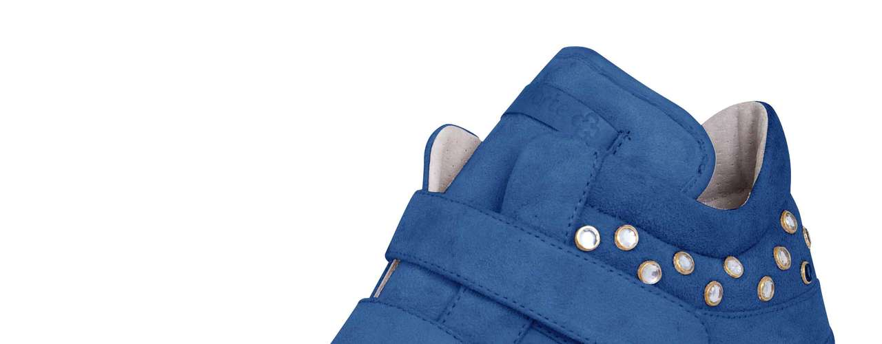 Sneaker Capodarte com aplicações brilho na cor azul sai por R$ 399,90. SAC: (11) 3086-3779