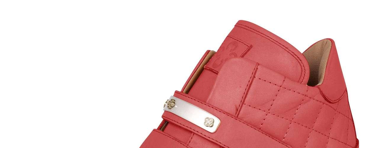 Sneaker matelassê na cor vermelha está à venda na Capodarte por R$ 299,90. SAC: (11) 3086-3779