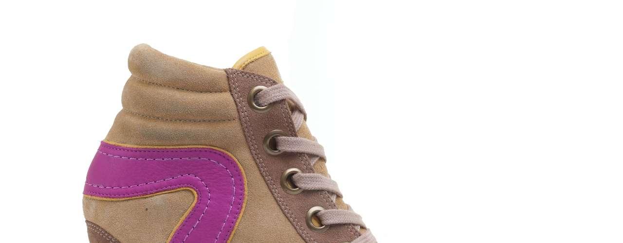 Este modelo de sneaker da C&A mescla bege com rosa. Os preços variam de R$ 209,00 à R$ 249,00. Mais informações em www.cea.com.br