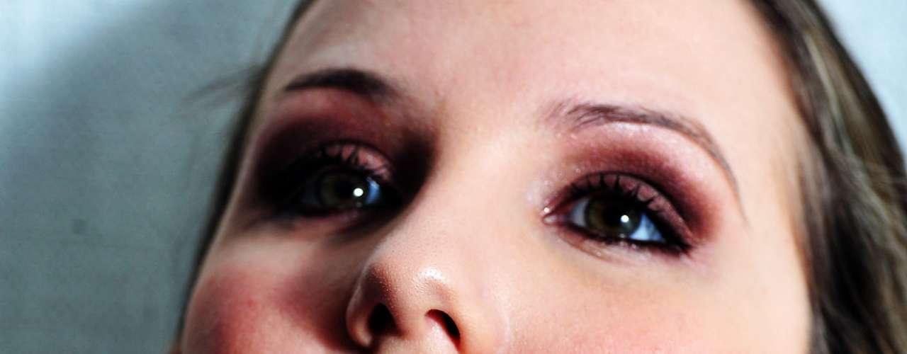 O gloss escolhido foi um pouco mais claro, para não entrar em conflito com os olhos, que estão escuros