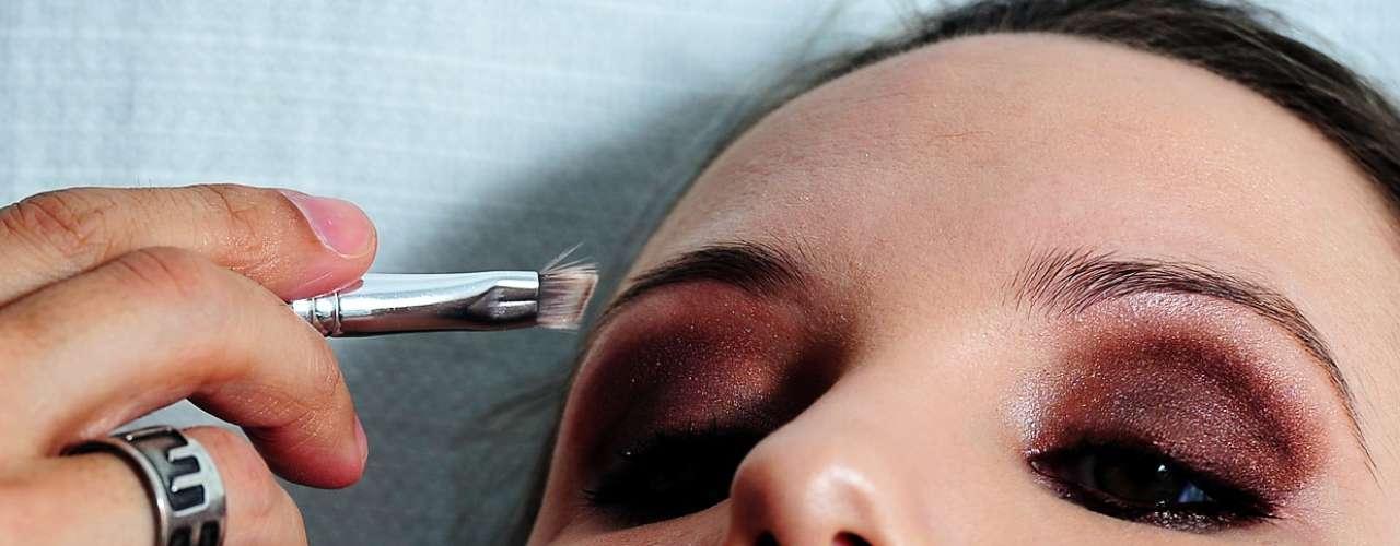 Para realçar a sobrancelha, ele usou um delineador em pó marrom, com pigmentação cinza