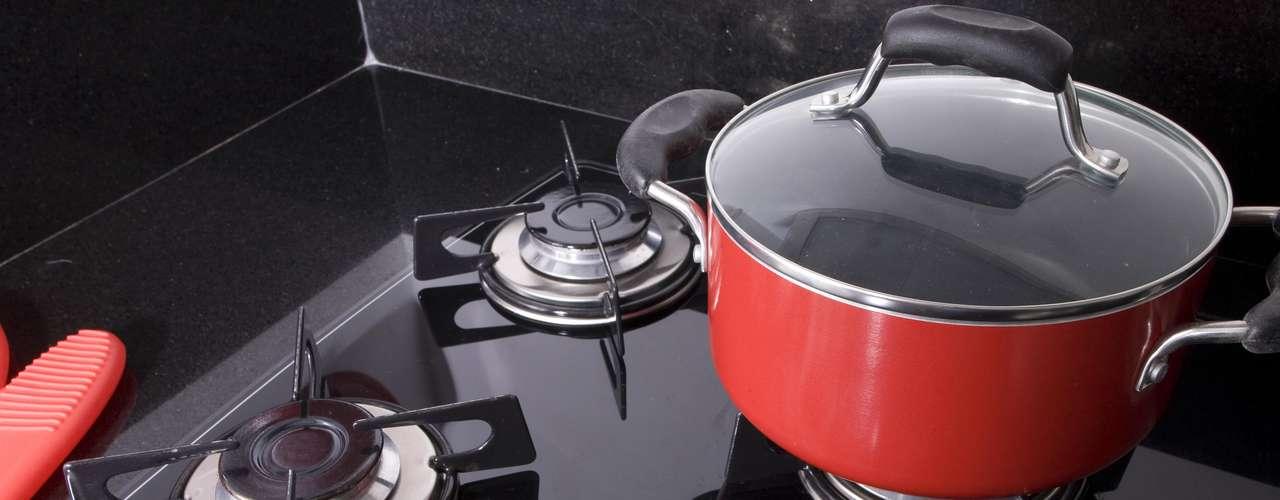 O cooktop é outra escolha que ajuda a ressaltar a modernidade da cozinha. O toque de cor pode ficar por conta dos equipamentos, pois hoje há muitas opções com designs diferenciados