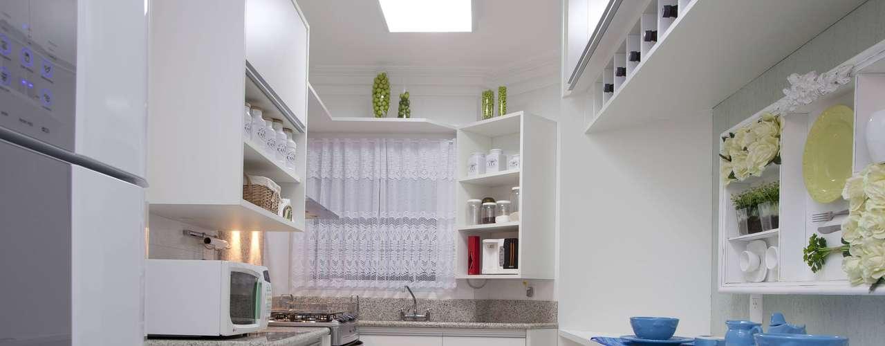 Neste outro projeto do escritório Linardi Marcon Arquitetura e Interiores, a tônica foi continuidade em relação aos outros cômodos. A cliente pediu essa integração, e os toques de azul combinam com o resto da residência de praia, em que predomina essa cor, explica a arquiteta Érika Linardi