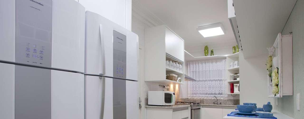 O tom branco foi escolhido porque a cozinha é estreita e comprida. A cor traz conforto térmico e não fecha o ambiente, explica a arquiteta Érika Linardi