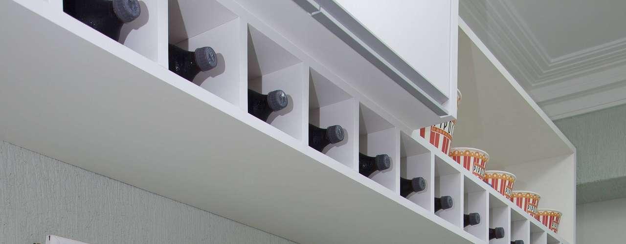 O móvel, feito sob medida, ganhou compartimentos superiores para guardar garrafas