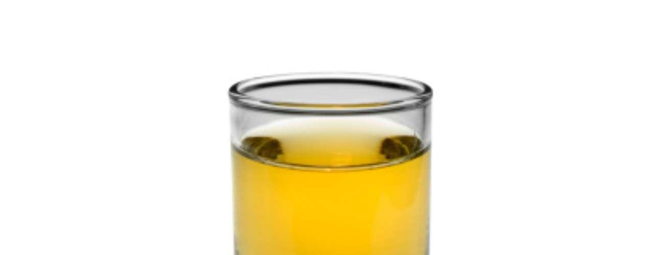 Outra diferença entre a aguardente e a cachaça é a quantidade de açúcar das duas bebidas. Quando se adiciona açúcar acima de 6 g/litro, a aguardente não pode ser mais chamada de cachaça e adota o nome de 'aguardente de cana adoçada', explica o engenheiro, que se autointitula cachacista, uma espécie de sommellier das cachaças
