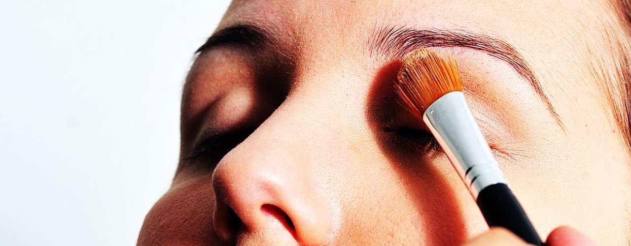 Em seguida, usa um iluminador no canto interno do olho e no supercílio. Quem tem vazinhos no nariz também pode caprichar nessa hora, pois o produto suaviza essas marcas. Ele também aplica no centro do rosto e em volta do lábio