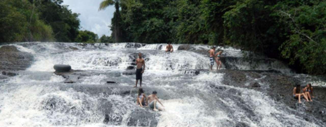 Bem próxima à do Astor (seu acesso é pela mesma estrada), a Cachoeira do Escorregador é assim conhecida pela queda inclinada de suas águas, que forma uma espécie de escorregador mesmo, porém feito de pedras