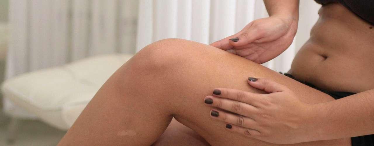 Certo: finalize a massagem modeladora com movimentos de rolamentos nas pernas. Com uma mão, puxe a pele da parte inferior da perna para cima. Em seguida, repita as manobras com a outra a mão, na parte exterior da coxa