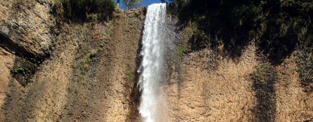 A Cachoeira do Saltão não tem este nome à toa. O ponto turístico, que fica na região da serra de Itaqueri, em São Pedro (a 195 km de São Paulo), tem nada menos que 75 m de altura  o que equivale a um prédio de 25 andares