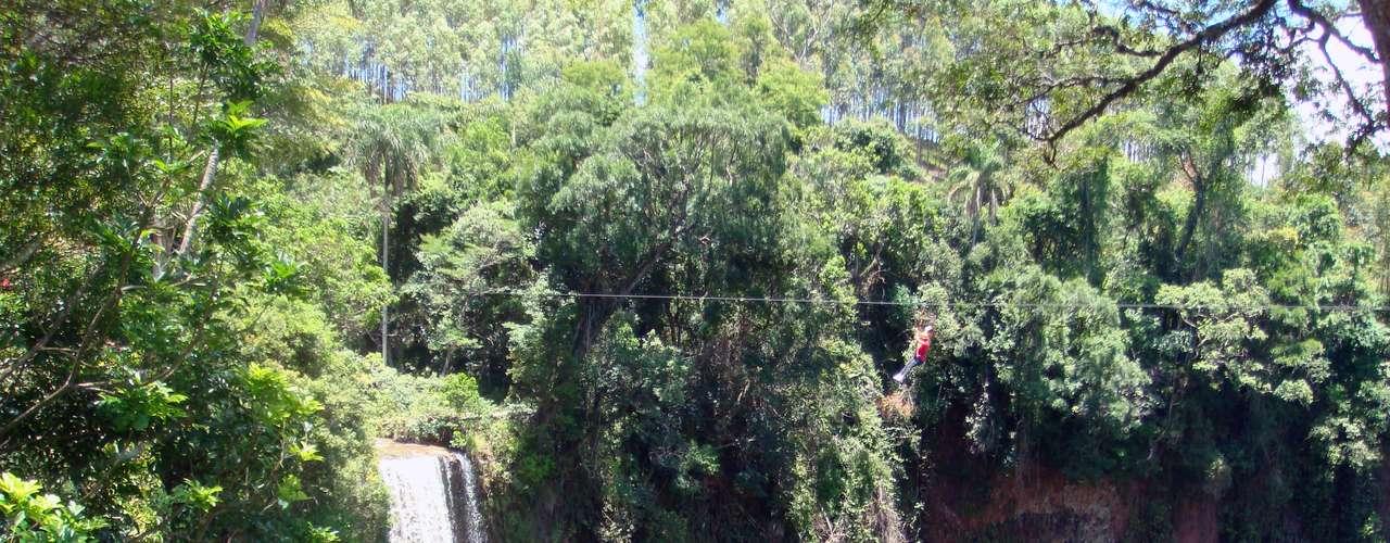 Na Cachoeira do Saltão, há uma tirolesa para corajosos: são 800 m de comprimento, passando por cima da cachoeira