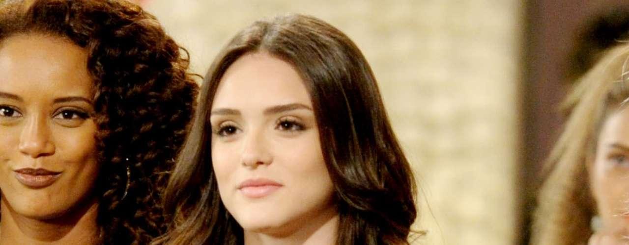 As telespectadoras se encantaram pelo esmalte roxo da personagem Cida (Isabelle Drummond), de Cheias de Charme, e pelo batom rosa