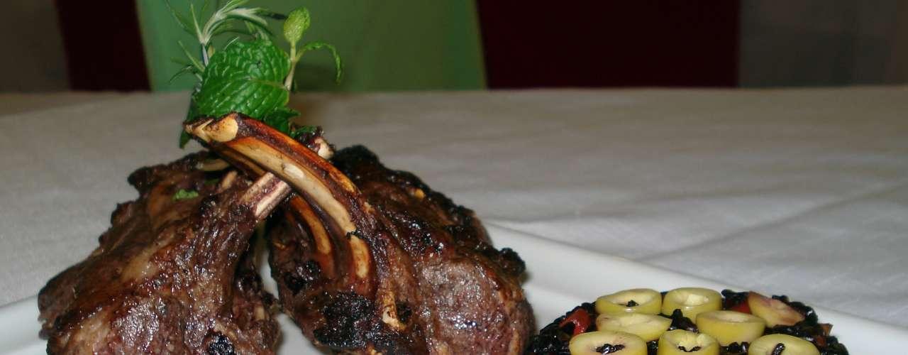A dica é deixar o cordeiro marinando no tempero por horas antes de assar a carne. No forno a 180 graus, o tempo para assar é de cerca de 30 minutos