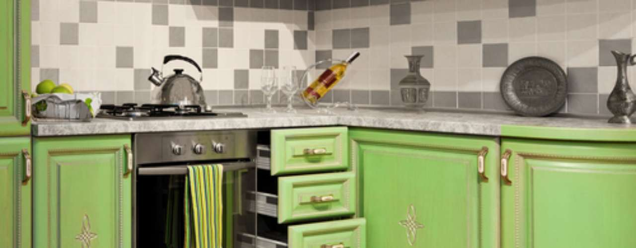 O verde também cabe na cozinha. A arquiteta Maria Helena, no entanto, avalia que esse ambiente costuma ficar melhor com cores mais quentes