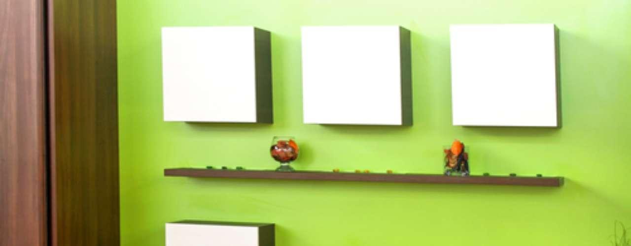 Os painéis brancos se destacaram na parede verde  cor que também aparece nos detalhes da decoração