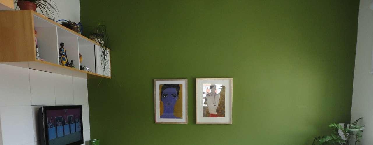 Para fugir do branco, tons esverdeados são uma opção muito funcional. Dentre os tons coloridos, o verde é o mais coringa de todos, diz a arquiteta Maria Helena Torres. Neste projeto, a parede já era nesse tom, e Maria Helena tornou o ambiente mais claro para destacar a cor. Informações (21) 8767-6444