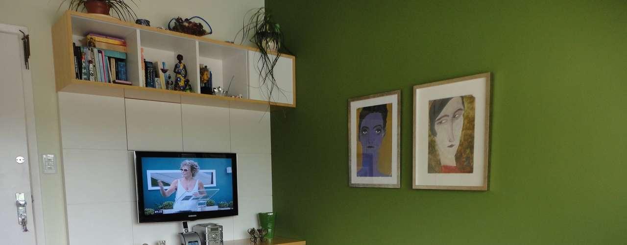 Ao destacar o verde da parede, Maria Helena conseguiu ressaltar uma das sensações trazidas por esta cor: a calma