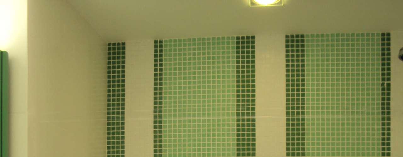 O verde também fica bem em banheiros. Aqui, Maria Helena criou um painel com dois tons