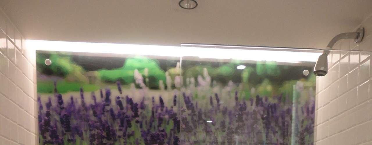 Para combinar com o grande painel de uma plantação de lavanda, a arquiteta mesclou o verde e o lilás nos nichos do banheiro