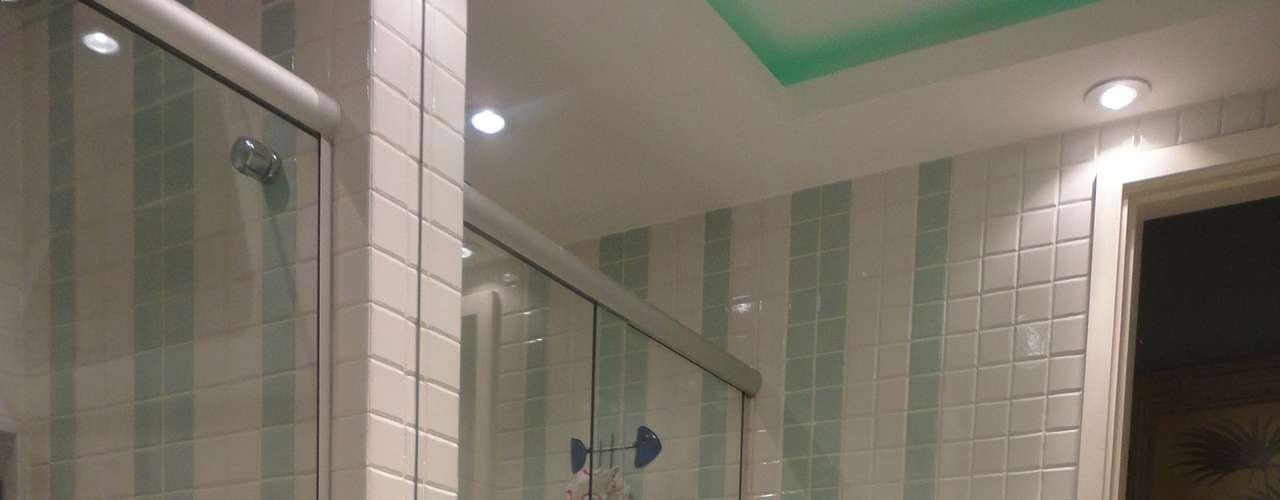 Neste outro projeto, o frescor trazido pelo verde é ressaltado pelo aquário, logo abaixo do espelho. Maria Helena lembra, no entanto, que se devem evitar tons próximos do musgo, que atrapalham o reflexo. Em vez disso, ela prefere um verde mais claro