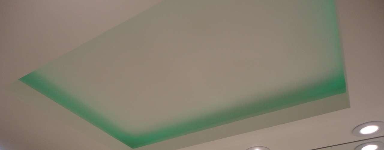 O verde foi usado até mesmo na iluminação suave do banheiro
